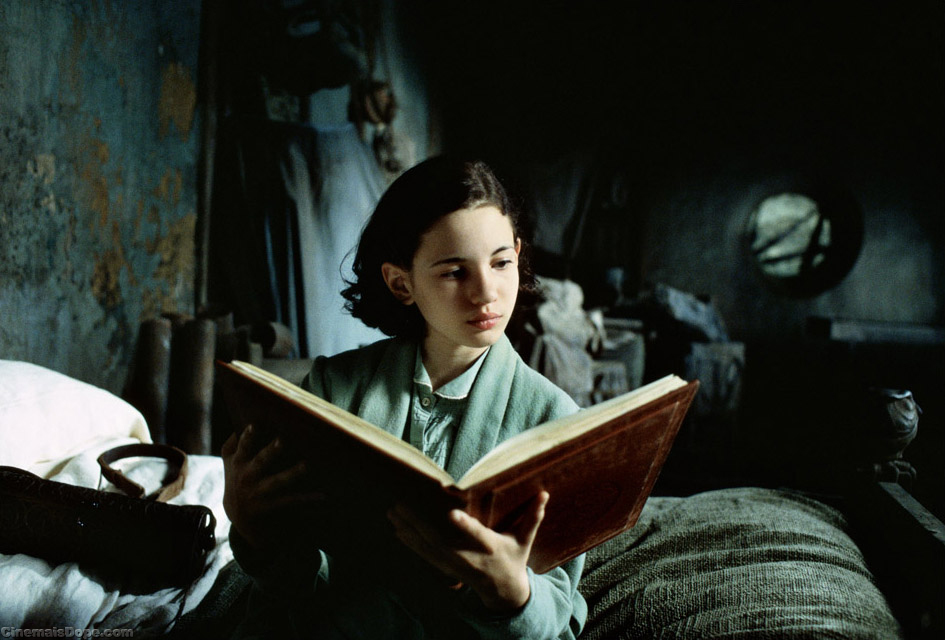 Ofelia_reading_a_storybook