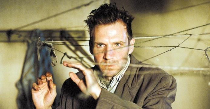 spider---desafie-sua-mente-2002---a-perturbacao-da-mente-ganha-mais-uma-versao-na-filmografia-de-cronenberg-dessa-vez-estrelada-por-ralph-fiennes-vencedor-da-palma-de-ouro-de-cannes-em-2002-o-1363334004909_956x500